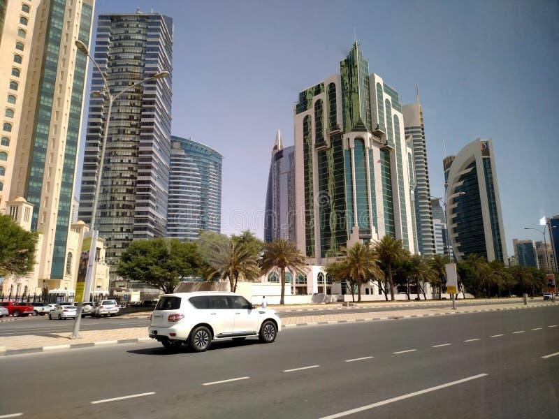 Tir grand-angulaire de hauts gratte-ciel bleus modernes dans la ville de Doha, Moyen-Orient image stock