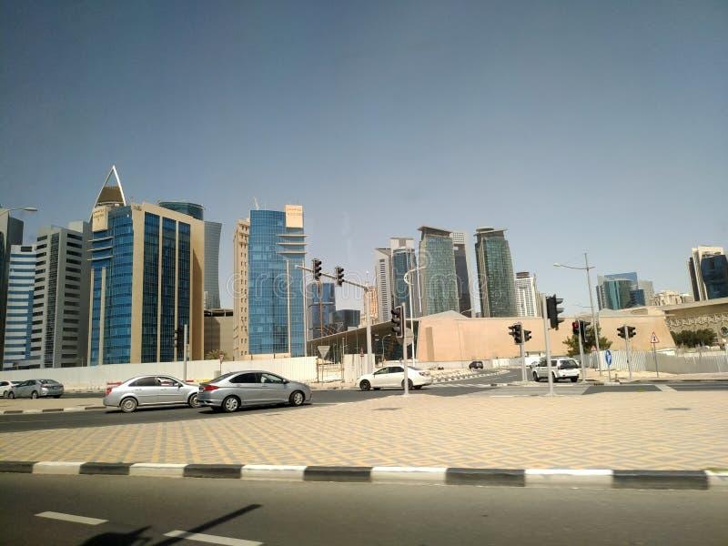Tir grand-angulaire de hauts gratte-ciel bleus modernes dans la ville de Doha, Moyen-Orient image libre de droits