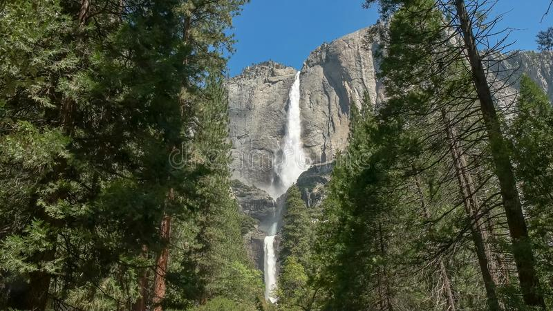 Tir grand-angulaire de Yosemite Falls en parc national de yosemite image libre de droits