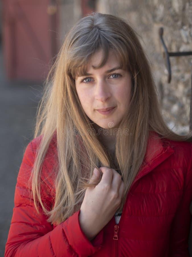 Tir haut étroit d'une jeune femme 25 années photos libres de droits