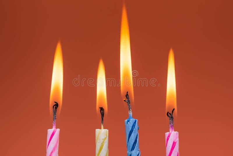 Tir haut étroit de bougies brûlantes d'anniversaire macro image libre de droits