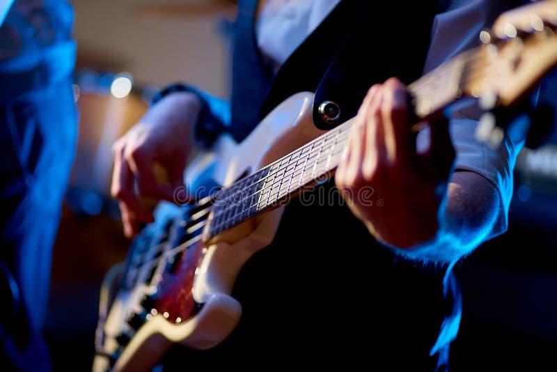 Tir haut étroit de l'homme jouant la guitare électrique photos libres de droits
