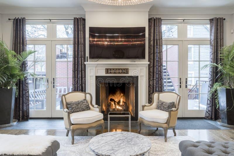 Tir intérieur d'un salon luxueux de maison avec une cheminée et un écran plat de TV images stock