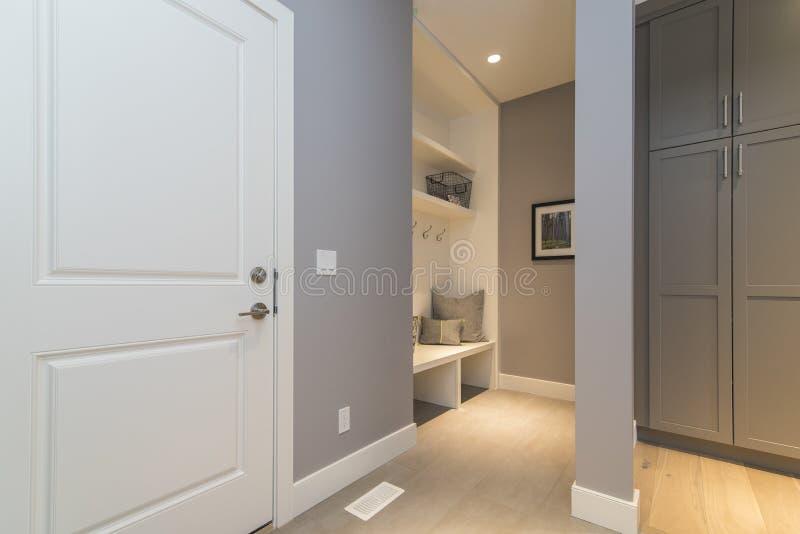 Tir intérieur d'une salle moderne d'habillement de maison photographie stock libre de droits