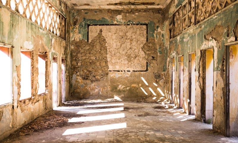 Tir large d'intérieur un vieux bâtiment détruit abandonné dans une ville suburbaine photographie stock