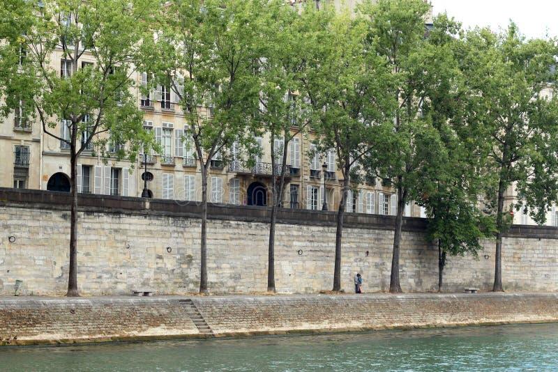Tir large d'un beau canal et d'une barrière en pierre avec des arbres avec un couple affectueux s'embrassant images stock
