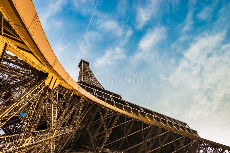 Tir panoramique étonnant de Tour Eiffel de dessous montrer le dessus et un ciel bleu photos stock