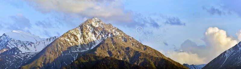 Tir panoramique des montagnes par temps nuageux, Kazakhstan photographie stock libre de droits