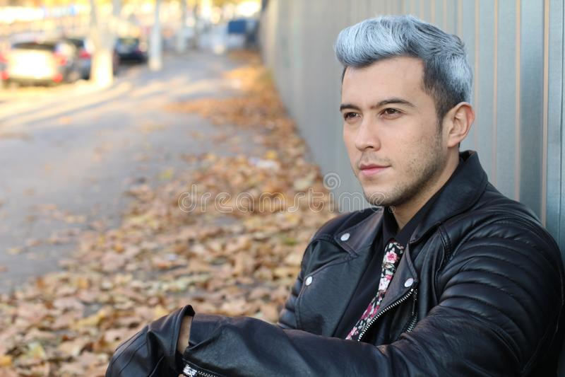 Tir principal de jeune homme d'une chevelure blanc beau dehors avec l'espace de copie image libre de droits
