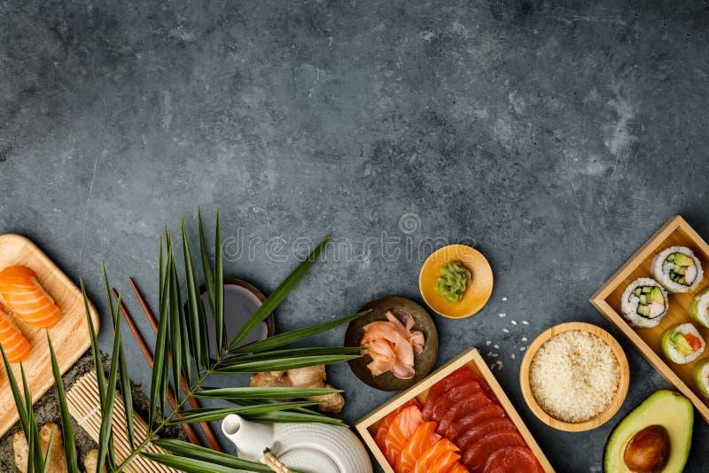Tir a?rien des ingr?dients pour des sushi sur le fond bleu-fonc? image stock