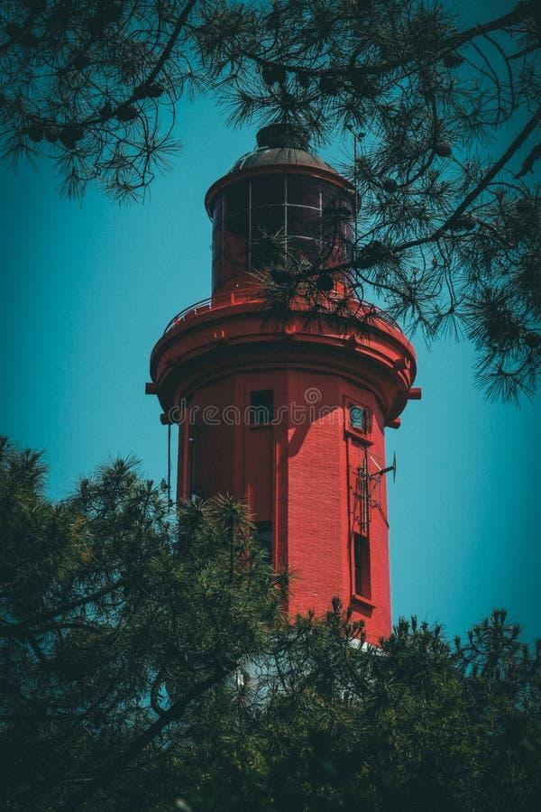 Tir vertical d'une tresse traversante évidente de phare avec le ciel bleu clair à l'arrière-plan photo libre de droits