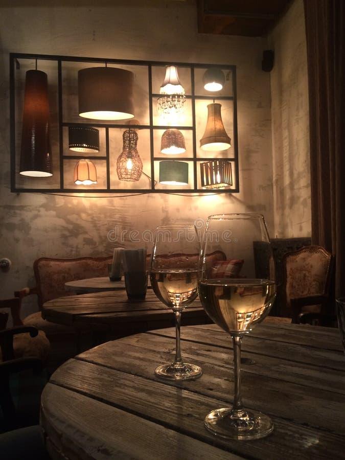 Tir vertical de plan rapproché de deux verres de champagne sur une table en bois à un restaurant photo stock