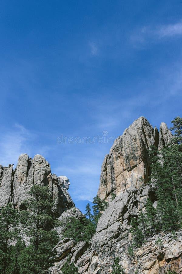 Tir vertical du mont Rushmore un jour ensoleillé avec le ciel bleu à l'arrière-plan photo libre de droits