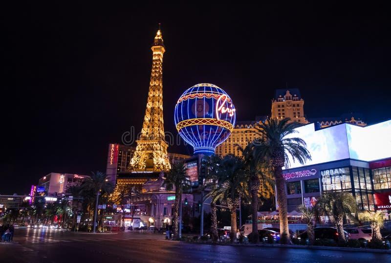 Tira de Las Vegas e casino do hotel de Paris na noite - Las Vegas, Nevada, EUA imagens de stock royalty free
