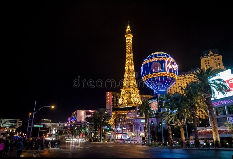 Tira de Las Vegas e casino do hotel de Paris na noite - Las Vegas, Nevada, EUA imagem de stock royalty free