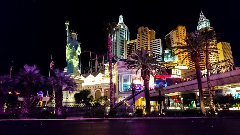 Tira de Las Vegas encendida para arriba en la noche imagen de archivo