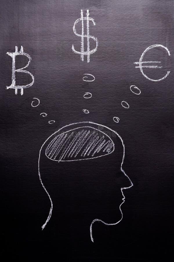 Tirado com giz em um fundo preto - a cabeça do ` s do homem com pensamentos de moedas do mundo, Bitcoin, dólar, Euro O conceito d foto de stock royalty free