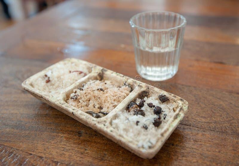 Tirado de mezcal y de sal de gusano, bebida mexicana tradicional fotos de archivo libres de regalías