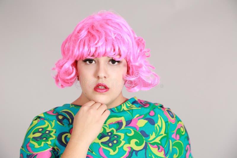 Tirado de muchacha en peluca rosada fotografía de archivo libre de regalías