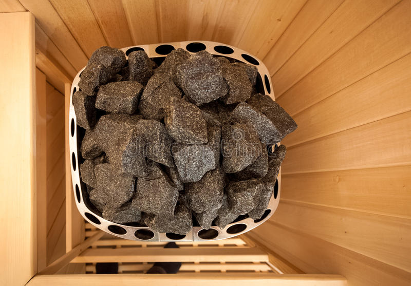 Tirado de piedras en horno de la sauna imagen de archivo