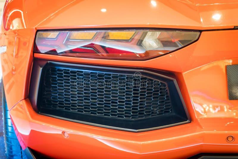 Tirado de una luz trasera moderna del coche imagenes de archivo