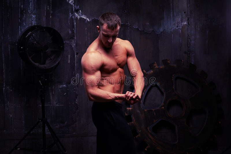 Tirado del modelo masculino musculoso que presenta con el torso desnudo fotos de archivo libres de regalías