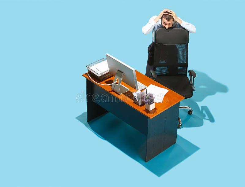 Tirado desde arriba de un hombre de negocios elegante que trabaja en un ordenador portátil imagen de archivo libre de regalías