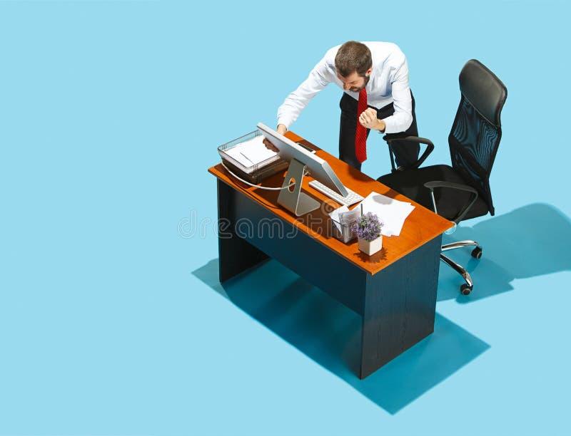 Tirado desde arriba de un hombre de negocios elegante que trabaja en un ordenador portátil imagenes de archivo