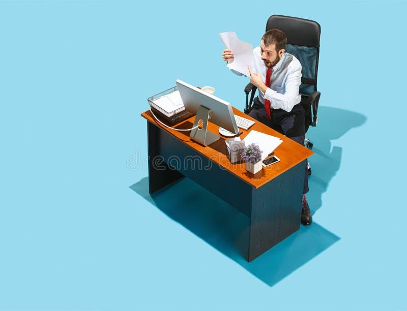 Tirado desde arriba de un hombre de negocios elegante que trabaja en un ordenador portátil foto de archivo