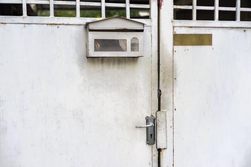 Tirador de puerta de acero inoxidable y fondo fotografía de archivo libre de regalías