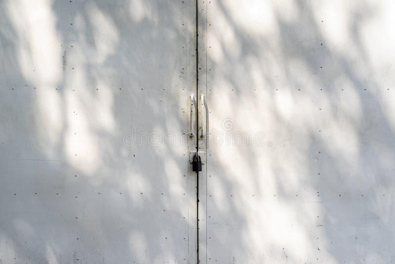 Tirador de puerta de acero inoxidable y fondo imagen de archivo libre de regalías