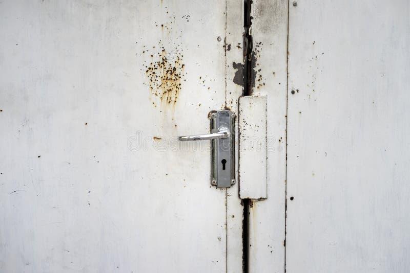 Tirador de puerta de acero inoxidable y fondo foto de archivo libre de regalías