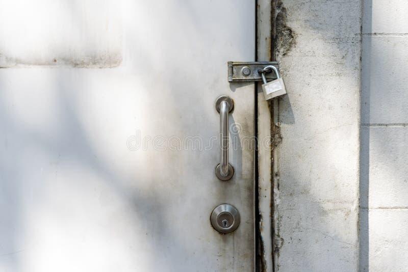 Tirador de puerta de acero inoxidable y fondo imagenes de archivo