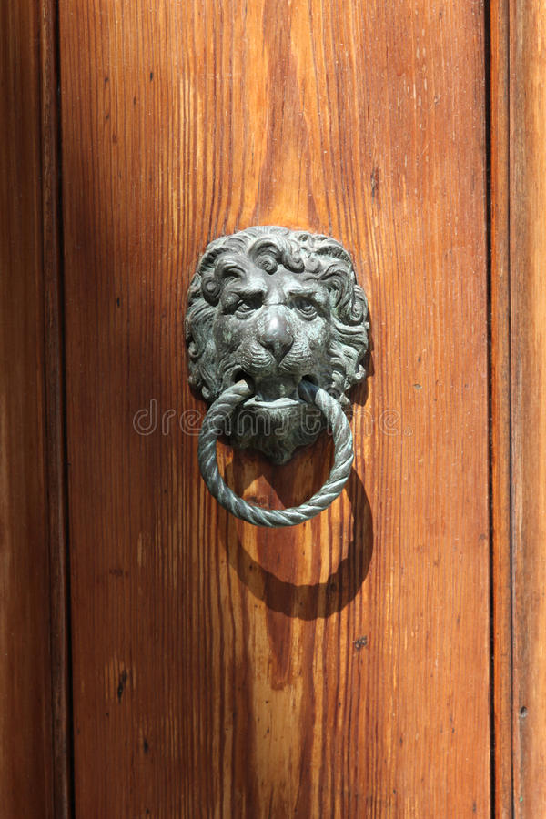 Tirador de puerta bajo la forma de cabeza del león imagen de archivo