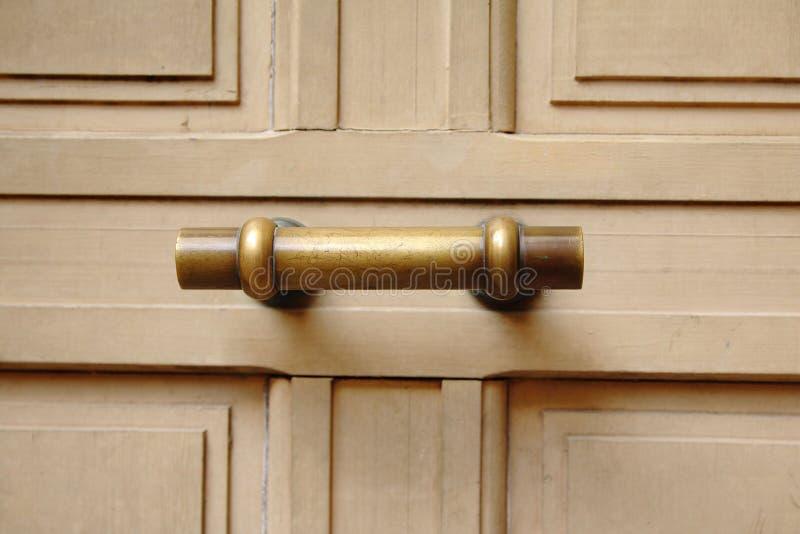 Tirador de puerta de cobre amarillo viejo fotos de archivo