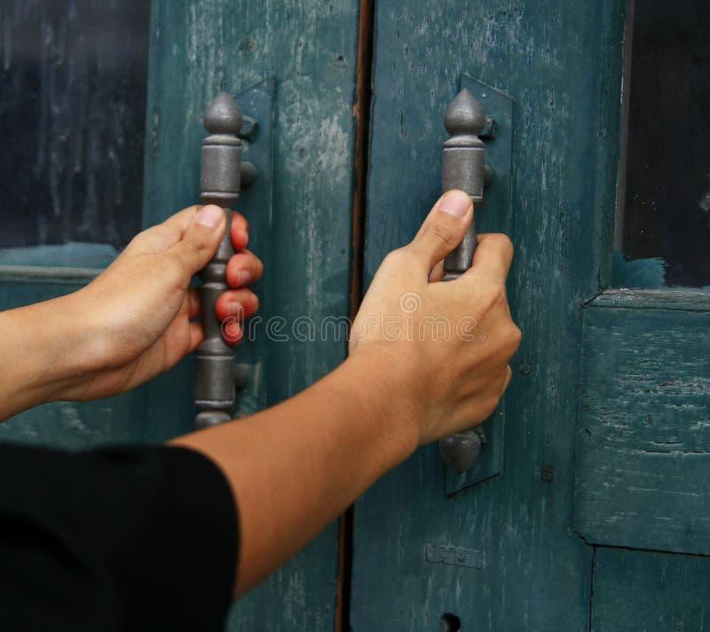 Tirador de puerta del control de la mano imágenes de archivo libres de regalías