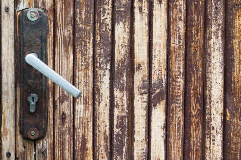 Tirador de puerta del vintage, botón con la cerradura fondo de madera marrón de las tejas foto de archivo