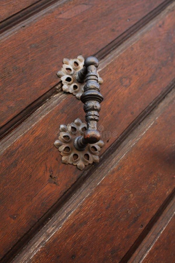 Tirador de puerta del vintage de una puerta de madera marrón imagenes de archivo