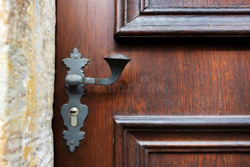 Tirador de puerta del vintage y ojo de la cerradura de una puerta tallada de madera Copie el espacio fotos de archivo libres de regalías