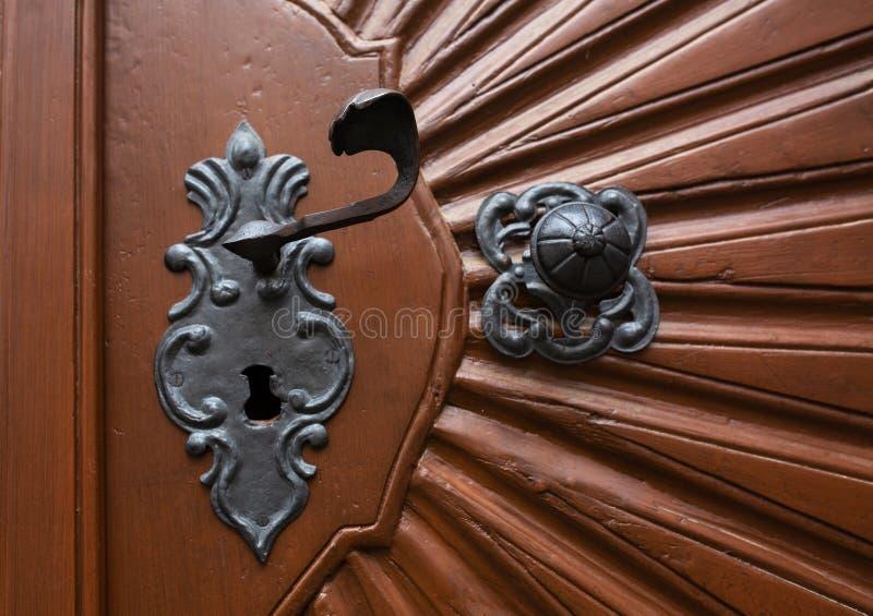 Tirador de puerta hecho a mano del vintage de una puerta de madera pintada fotos de archivo libres de regalías