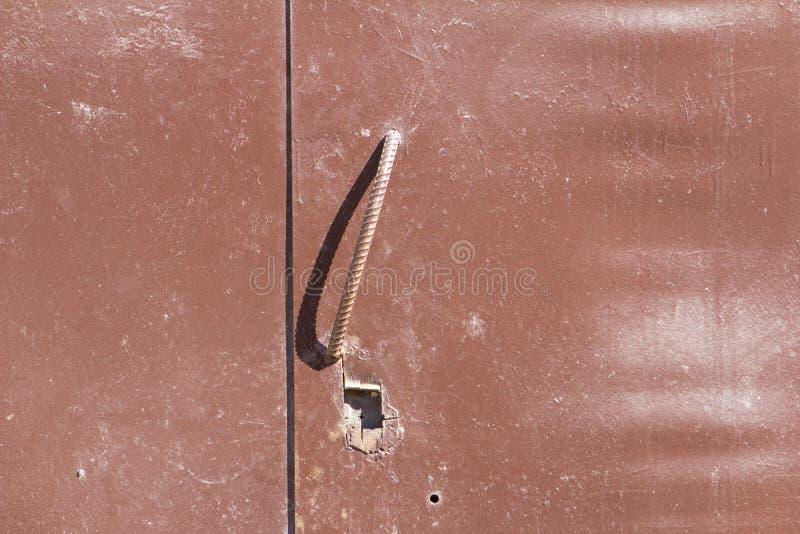Tirador de puerta marrón del garaje del hierro fotos de archivo libres de regalías