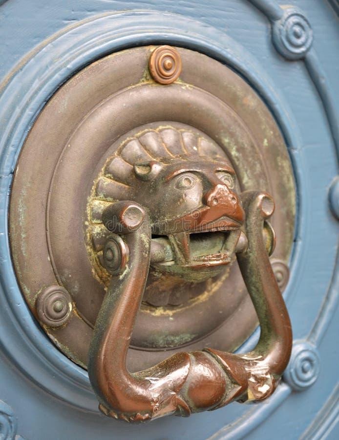 Tirador de puerta viejo del metal en una puerta de madera foto de archivo