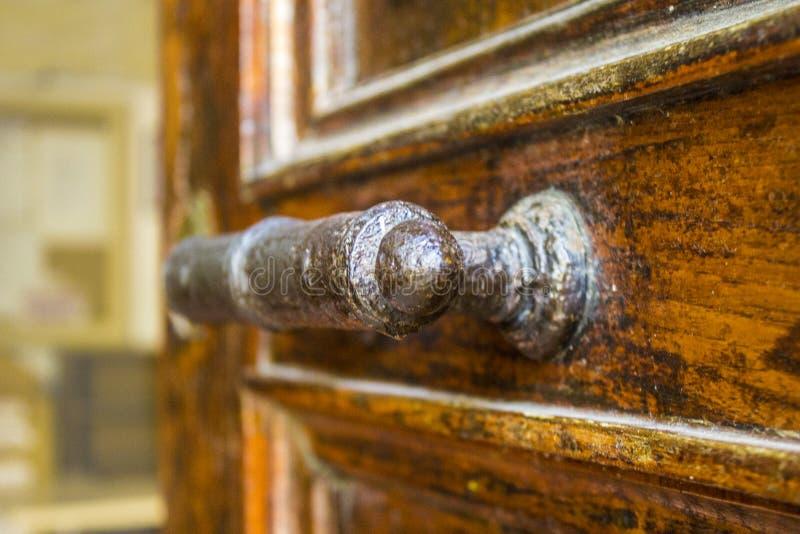 Tirador de puerta viejo hecho a mano imagen de archivo libre de regalías