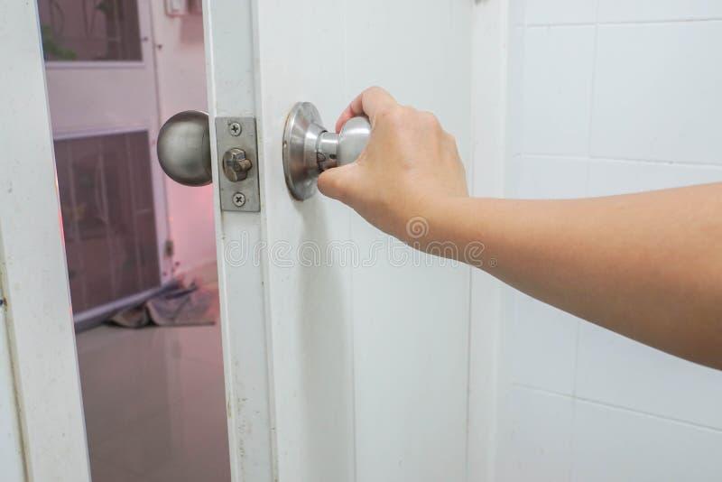 Tirador del cuarto de baño del control de la mujer para la salida fotos de archivo libres de regalías