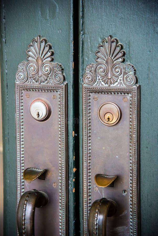 Tiradores de puerta de cobre amarillo antiguos adornados fotos de archivo
