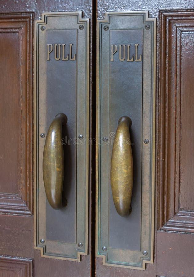 Tiradores de puerta de cobre amarillo imágenes de archivo libres de regalías