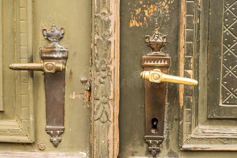 Tiradores de puerta de cobre amarillo fotografía de archivo libre de regalías