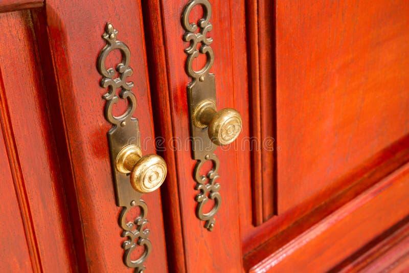 Tiradores de puerta de cobre amarillo con los escudos adornados imágenes de archivo libres de regalías