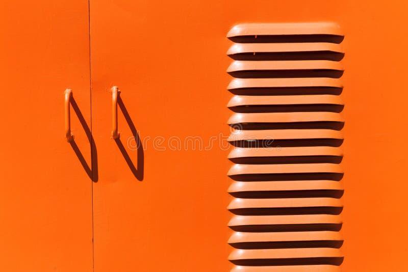 Tiradores de puerta y ranuras pintados hierro de la ventilación fotos de archivo