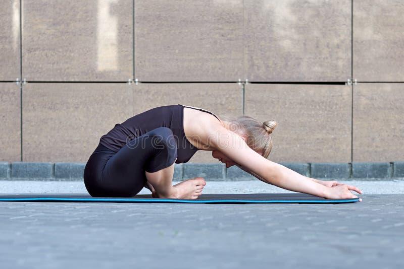 ?tirage du femme forme physique ou gymnaste ou danseur faisant des exercices sur le fond urbain de ville brune de mur images stock
